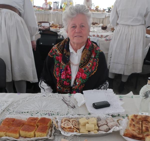 Đurđica Križnik za svojim izložbenim stolom (Fotografija Miljenko Brezak / Oblizeki)