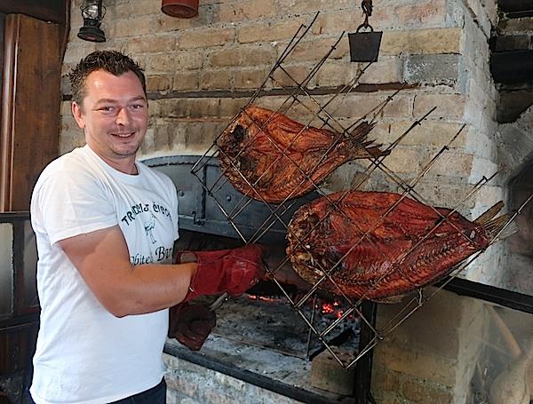 Mladen Baric u Čigoču priprema i tradicionalnoga šaran a na procep (Fotografija Miljenko Brezak / Oblizeki)