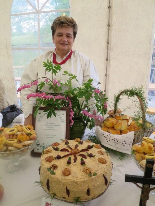 Nada Tučkar izlaže tortu Šakovnicu (Fotografija Oblizeki)