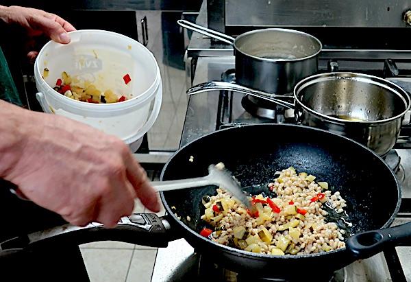 Završavanje orzota spajanjem kuhane ječmene kaše i dinstana povrća (Fotografija Božica Brkan / Oblizeki)