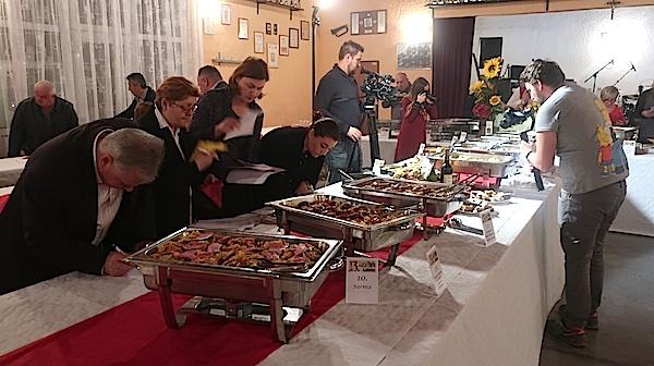 Dio komisije ocjenjuje sarme (Fotografija MIljenko Brezak / Oblizeki)