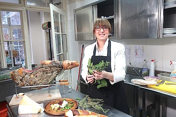 Svjetlana Celija u svojoj zagrebačkoj kuhinji s vodnjanskim mirisnim začinskim biljem i proizvodima (Fotografija Božica Brkan / Oblizeki)