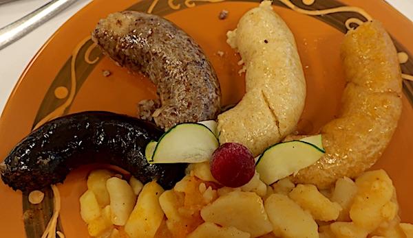 Čurke crne, sive, bijele i žute, sve jedna bolja od druge, s kalapajsanim kalameprom odnosno restanim krumpirom (Fotografija Božica Brkan / Oblizeki)