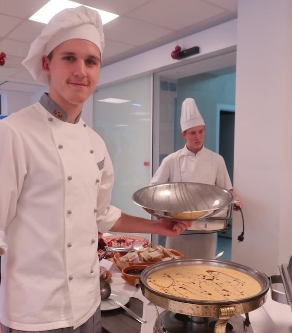 Jedan od učenika-kuhara predstavlja međimursku pretepenu juhu (Fotografija Božica Brkan / Oblizeki)