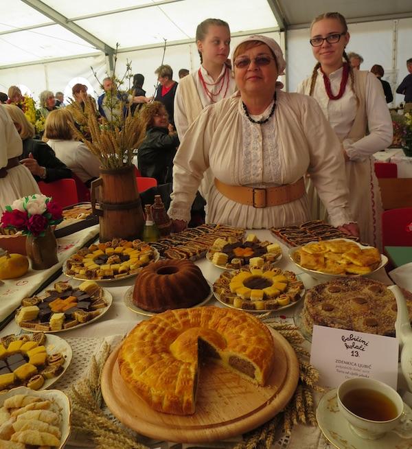 Zdenkica Ljubić prezentira svoj stol i kolače u Gornjoj Stubici (Fotografija Miljenko Brezak / Oblizeki)