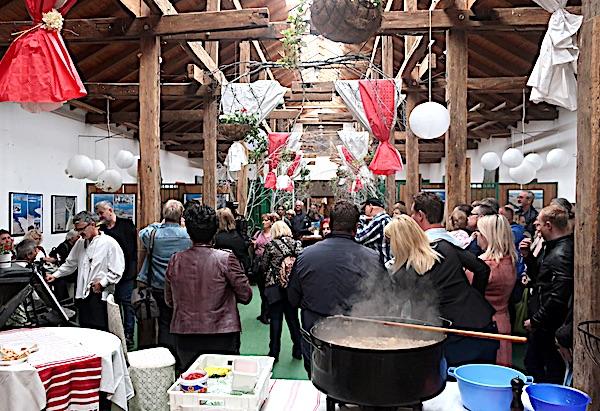 Dok je janjetina krčkala, odvijao se program: izložba Ovce piju more Stana Ferića, dalmatinska pjesma, mandoline...(Fotografija Miljenko Brezak / Oblizeki)