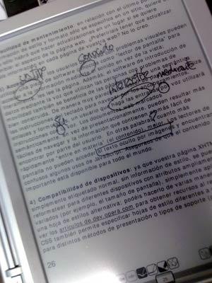 Foto del lector de libros electrónicos iRex Iliad, demostrando la capacidad de anotaciones manuscritas
