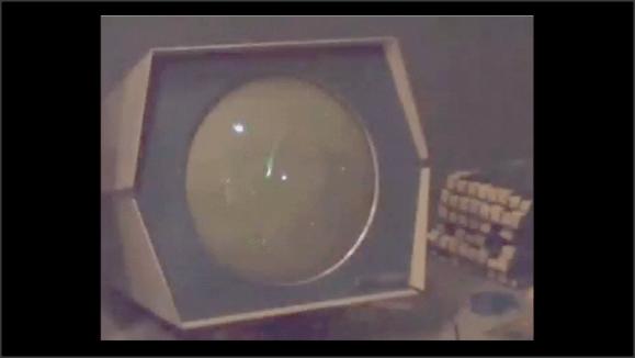 Primer plano de la pantalla del ordenador. Se aprecian tres puntos que parecen estar en movimiento