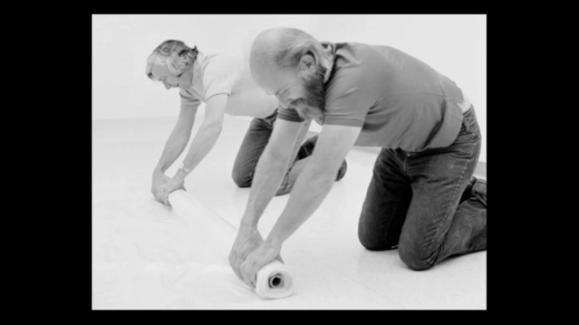Robert Irwin y un colaborador trabajan sobre el suelo de una sala