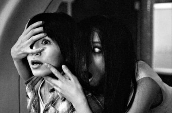 mujer y nino asustados