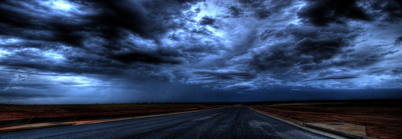 La nuit tombe et le ciel pleure