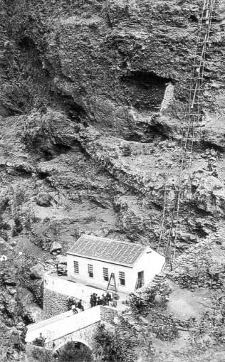 Construcción en 1893 de la central El Electron.