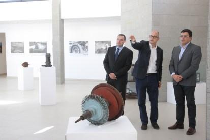 En el centro, explicando la exposición a Manuel Miranda (d), consejero del Cabildo, en presencia del maquetista Gregorio González / ACFIPRESS