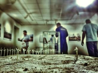 Momento del montaje con maqueta de parque eólico en primer término / LUIS ROCA ARENCIBIA