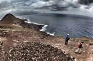 Camino de la montaña del Faro, asoman las primeras vistas de la espectacular vertiente norte. / LUIS ROCA ARENCIBIA