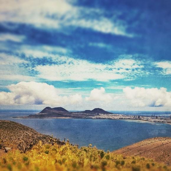 """""""Vista desde lejos, desde cualquiera de los puntos altos de la costa norte de la isla, La Isleta siempre cautiva.""""(Olivia Stone, 1883) / LUIS ROCA ARENCIBIA"""