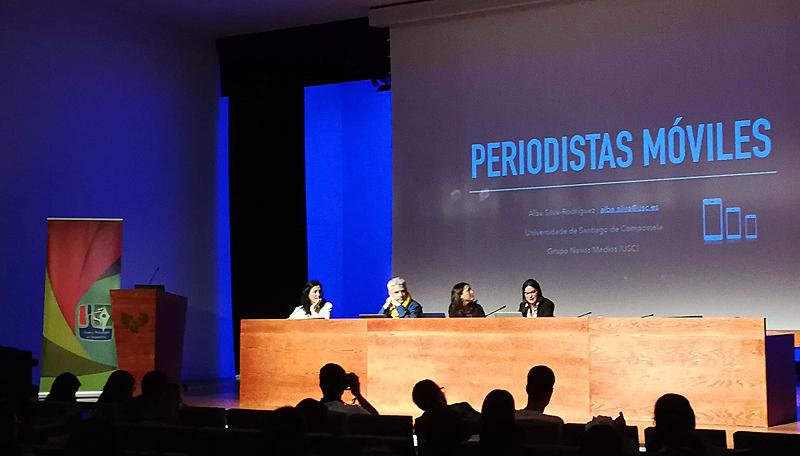 """Mesa redonda """"Profesionales y periodismo móvil"""". La moderadora Terese Mendiguren (UPV-EHU) y los ponentes Pere Freixa (UPF), Bella Palomo (UMA) y Alba Silva (USC)."""