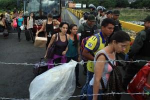"""BOG80. CÚCUTA (COLOMBIA), 24/08/2015.- Colombianos regresan a su país desde Venezuela a través de un filtro impuesto por la guardia en el puente internacional Simón Bolívar hoy, lunes 24 de agosto de 2015 en Cúcuta (Colombia). Por el puente internacional Simón Bolívar no paran de transitar hoy centenares de colombianos deportados de Venezuela, a la espera de que la """"firmeza"""" prometida por el presidente colombiano, Juan Manuel Santos, ponga fin a esa crisis humanitaria. Desde que el pasado viernes el presidente venezolano, Nicolás Maduro, decretó el estado de excepción en el estado fronterizo de Táchira, han sido deportados al menos 861 colombianos, de los cuales 170 son menores. EFE/MAURICIO DUEÑAS CASTAÑEDA"""