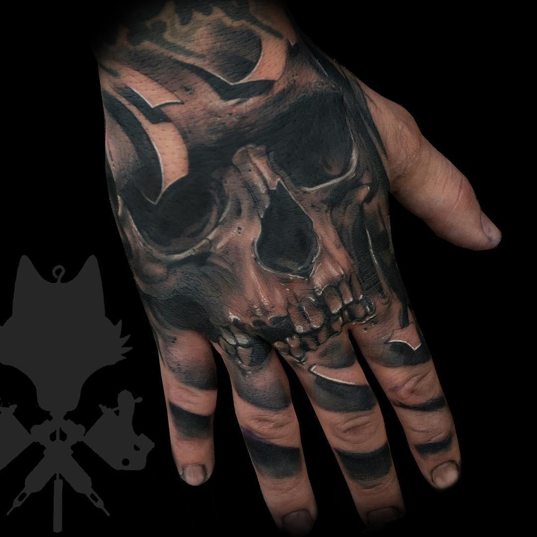 Tatuaje Calaveras Realismo Blancoynegro Hombre Mano Okamitattoojpg