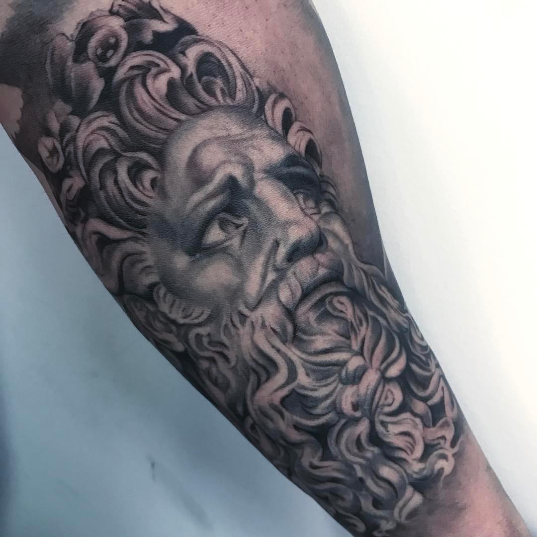 Tatuaje Estatua Realismo Blancoynegro Hombre Antebrazo Grande