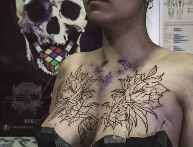 Tatuaje Flores Tradicional Lineal Blancoynegro Mujer Pecho Grande