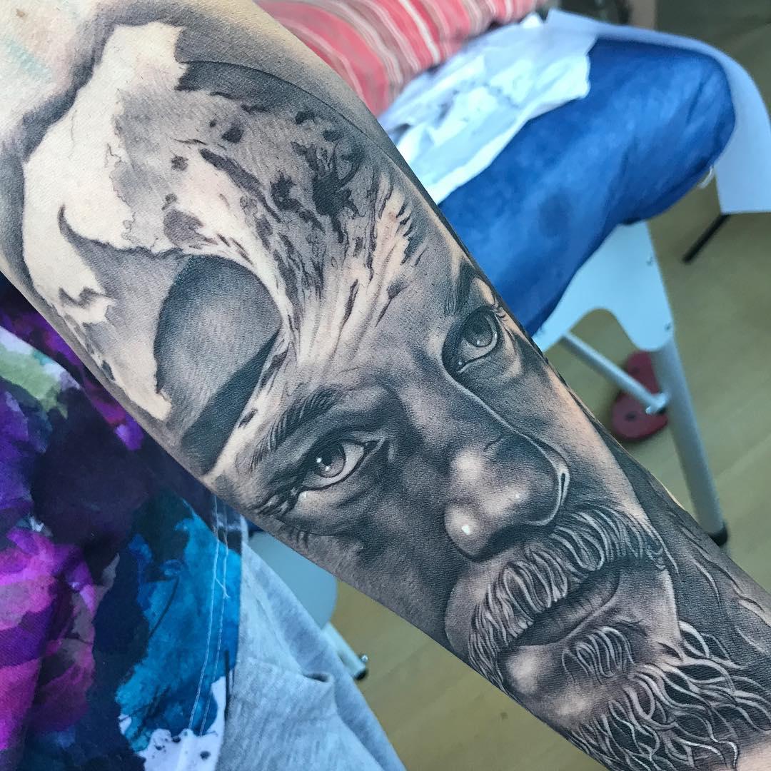 Tatuaje Vikingo Realismo Blancoynegro Hombre Antebrazo Grande