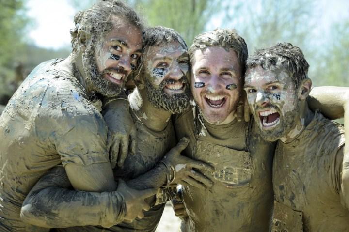 The Mud Day - Pays d'Aix 2016 - 04/09/2016 - Peyrolles-en-Provence - France - Une Mud Team au sortir de l'obstacle Mini Where's my Countryman ?