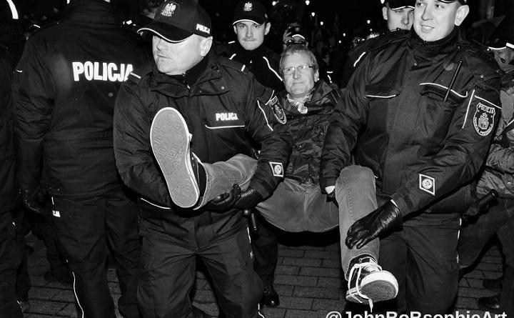 Policja wnosi z kontrmiesięcznicy Tadeusza Jakrzewskiego