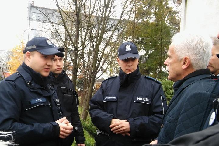 Interweniujący policjanci iwspierający nas poseł Huskowski