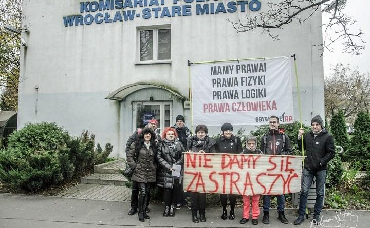 Obywatele RP przed komisariatem przy ul. Trzemeskiej we Wrocławiu