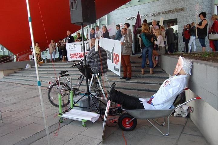 Protest wKielcach przeciwko powołaniu prof.Bogdana Chazana nakonsultanta ds.ginekologii ipołożnictwa