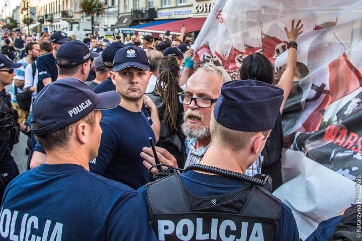 Policja blokuje protestujących przeciw narodowcom