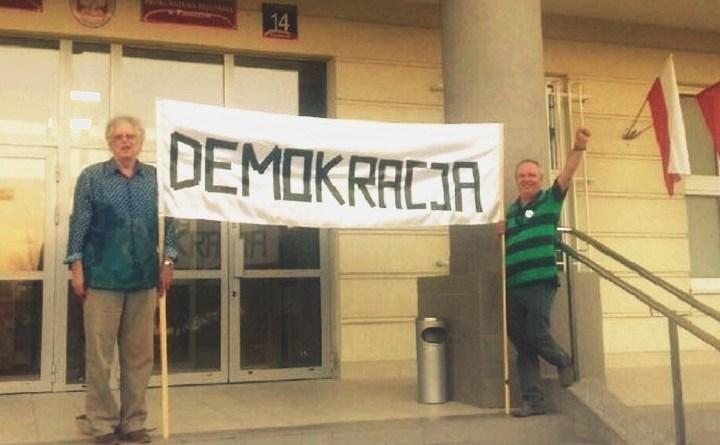 Tadeusz Szumowski i Piotr Leśniewski pikietują przed sądem w Piasecznie