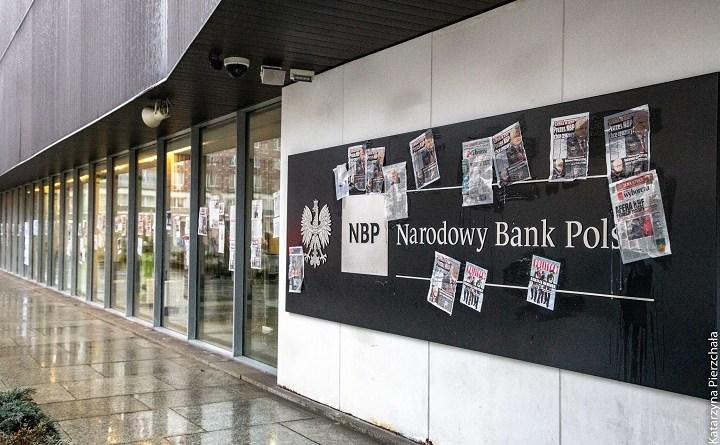 NBP został oklejony atrykułami, których wycięcia żądał prezes Glapiński