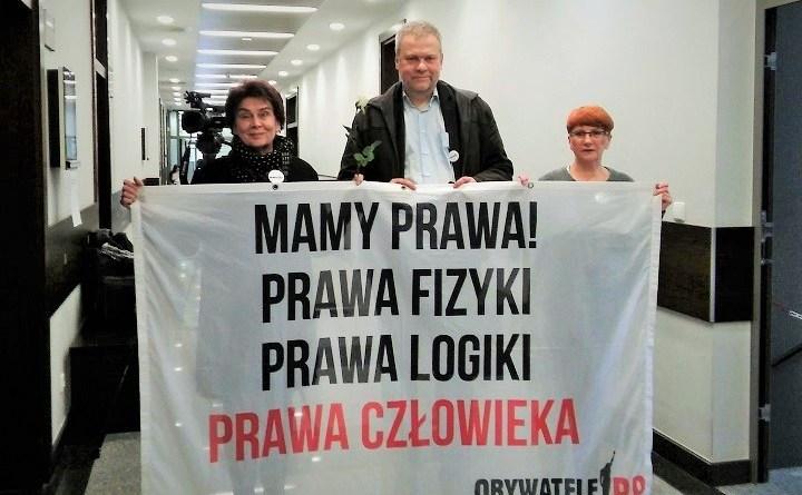 Paweł Wrabec z Obywatelkami RP przed rozprawą sądową