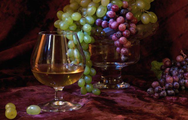 Коньяк — крепкий алкогольный напиток, производимый из определённых сортов винограда по особой технологии