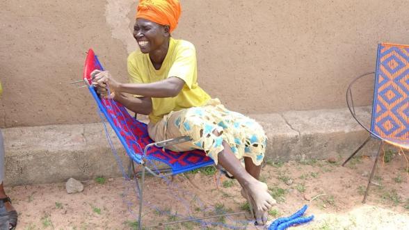 Blandine KIMA entrain de tisser une chaise