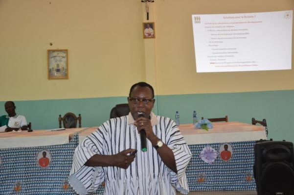 Dr Laurent SEDEGO lors de sa conférence sur la gestion des déchets plastiques