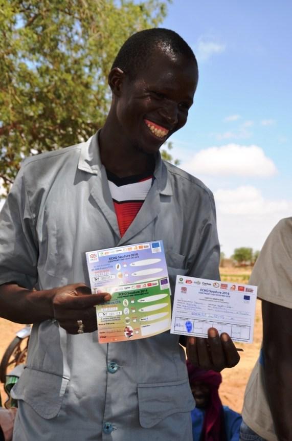 •Ce bénéficiaire du village de Borguiendé retrouve le sourire à la réception des coupons