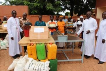 Remise de matériel de saponification aux catéchistes du diocèse