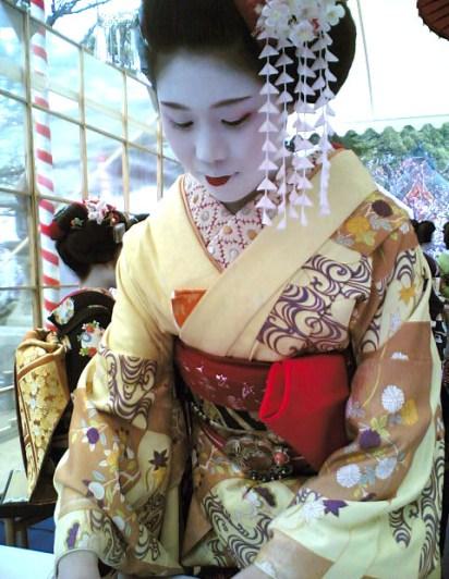 La maiko Ichifumi, fotografa da Marie Eve K.A. (Baika Sai, 2007).
