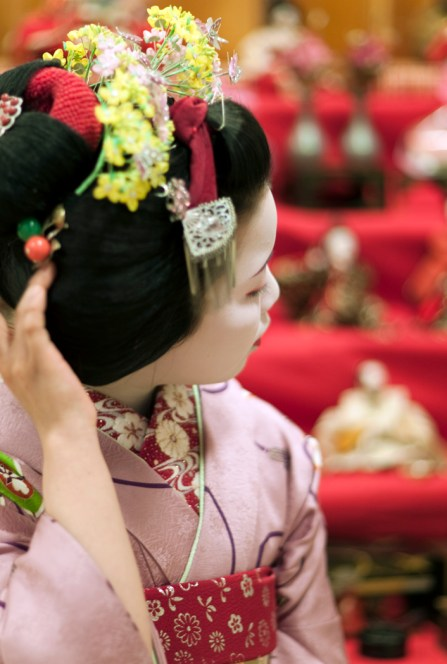 maiko-ayano-with-hina-matsuri-dolls_03-2009_3