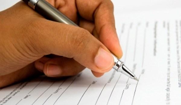 firma-documento-empleo-abril-1