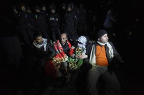 13/11/2011.- Palestinian protesters hold hands and rest on the ground before the Israeli border police start with their evacuation operations from a ' tent city outpost' called Bab al-Shams (Gate of the Sun), errected outside the Palestinian village of Ez Za'im in the an disputed area east of Jerusalem, in the West Bank, 13 January 2013. The Palestinians, along with some foreign activists, are doing this action as a means of non-violent, peaceful resistance to the expansion of Israeli settlements on Palestinian lands, according to reports. EFE/EPA/ABIR SULTAN