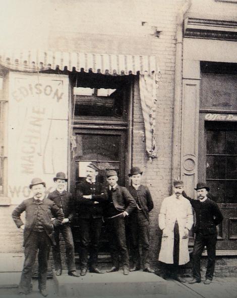 Teslini saradnici ispred Edisonove radionice