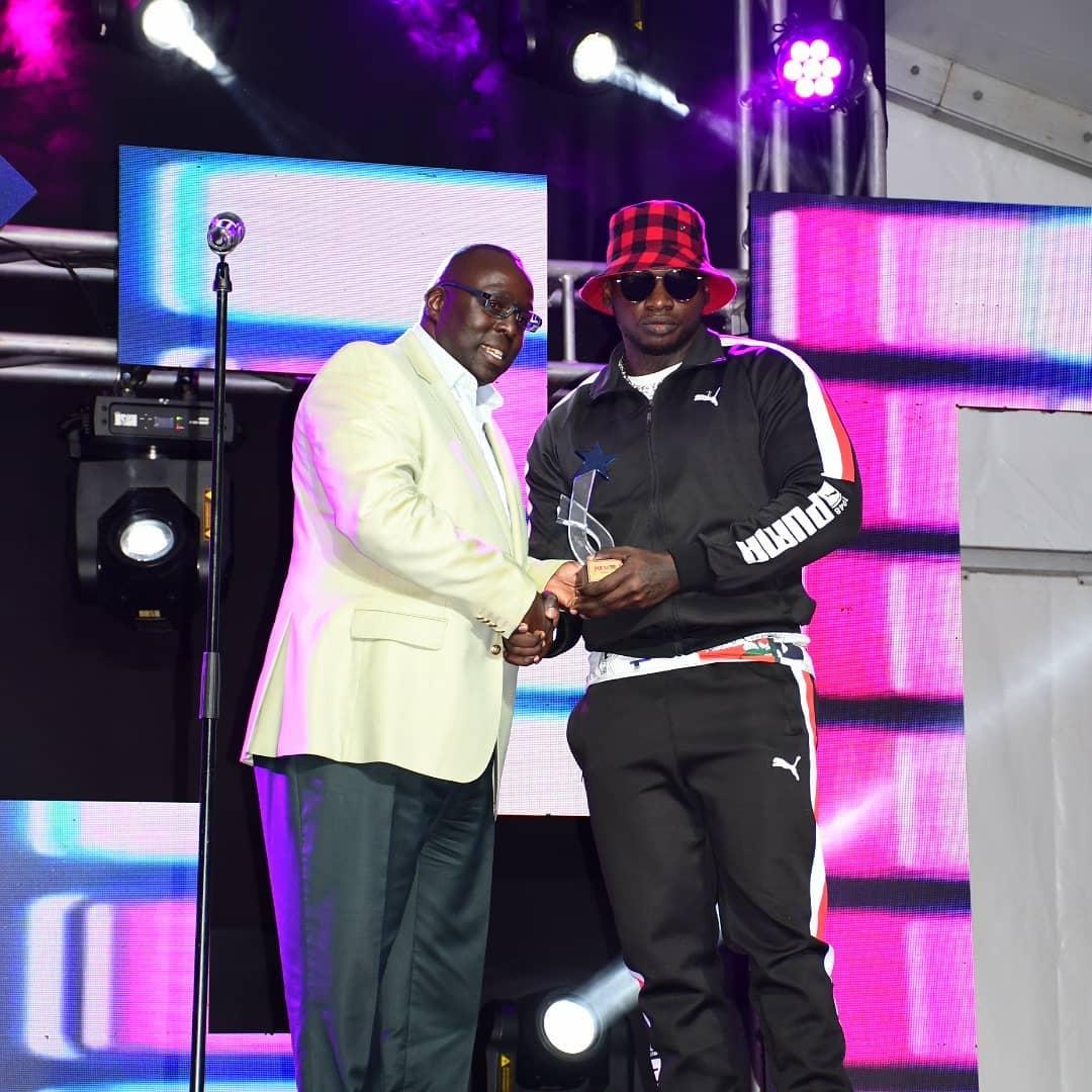 Khalighraph Jones receiving his award at the 2019 Pulse Music Video Awards (PMVA)