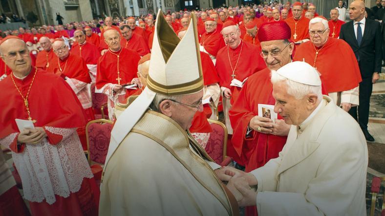 Papież Franciszek i Benedykt XVI podczas konsystorza w Watykanie