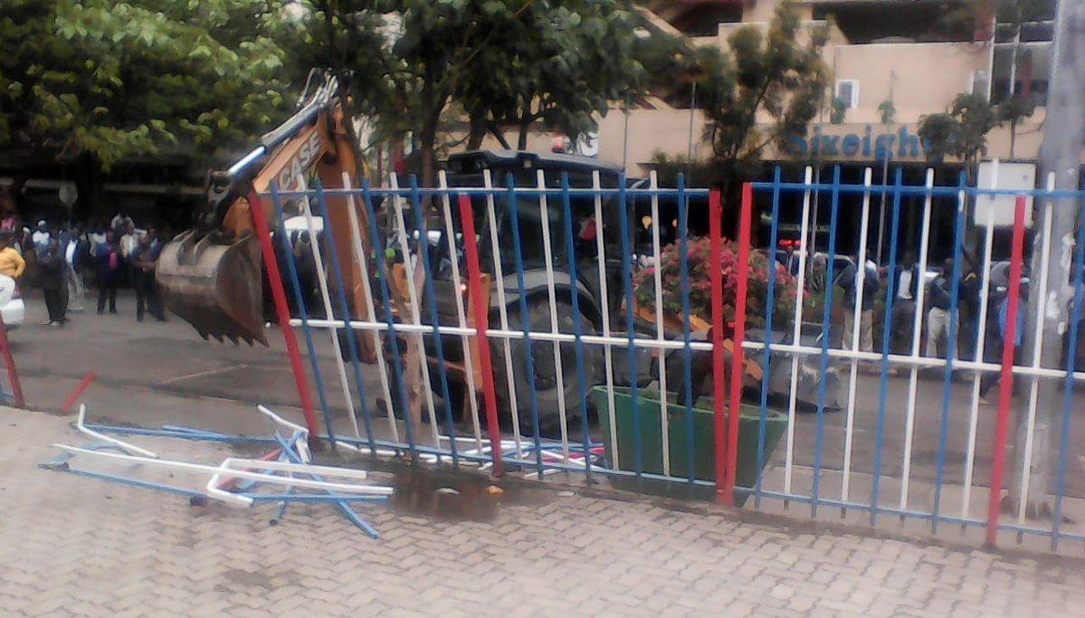 Bulldozer demolishes structures at the former Simmers Pub along Kenyatta Avenue, Nairobi (Twitter)