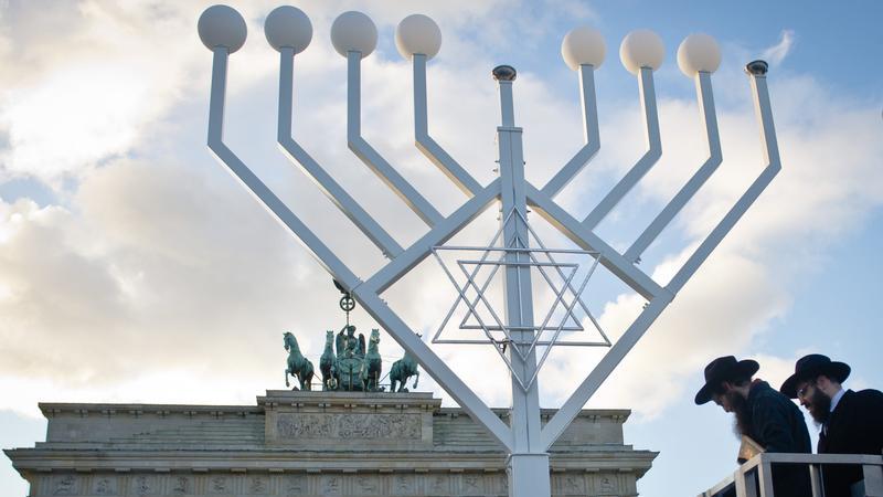 Największa chanukija w Europie ustawiona przed Bramą Brandenburską w Berlinie