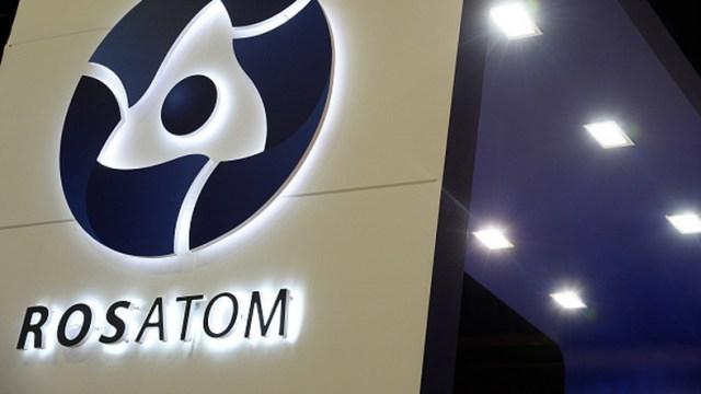 Pięciu naukowców, którzy zginęli w eksplozji podczas testu rakietowego na poligonie w obwodzie archangielskim na północy Rosji w dniu 8 sierpnia, pracowało nad stworzeniem małego reaktora jądrowego - twierdzi jeden z najwyższych urzędników instytutu, w którym pracowali naukowcy. O sprawie pisze Bloomberg.